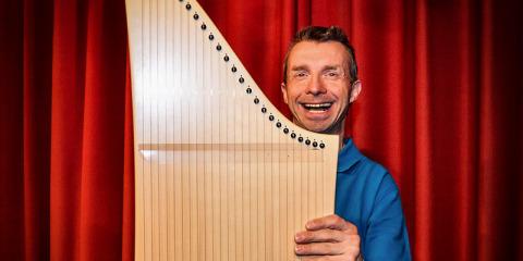 #381 (kein Titel) – Ein Instrument, was man ohne Noten lernen kann. Man nennt es Veeh-Harfe. Wenn man in der Musikgruppe ist, gibt es auch öffentliche Auftritte.