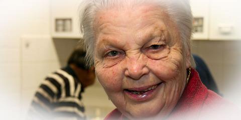 """#378 (kein Titel) – Unsere Senioren nennen es """"Seniorenclub"""". Hier wird getanzt, gelacht und über alte Zeiten gesprochen. Im St. Josefs-Stift kann man in Ruhe alt werden."""