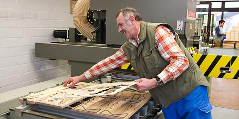 #383 (kein Titel) – In der Eisinger Werkstätte gibt es viel Arbeit! Maschinen zusammenbauen, Teile verpacken oder mit Holz etwas bauen. Viele Firmen brauchen unsere Arbeit.